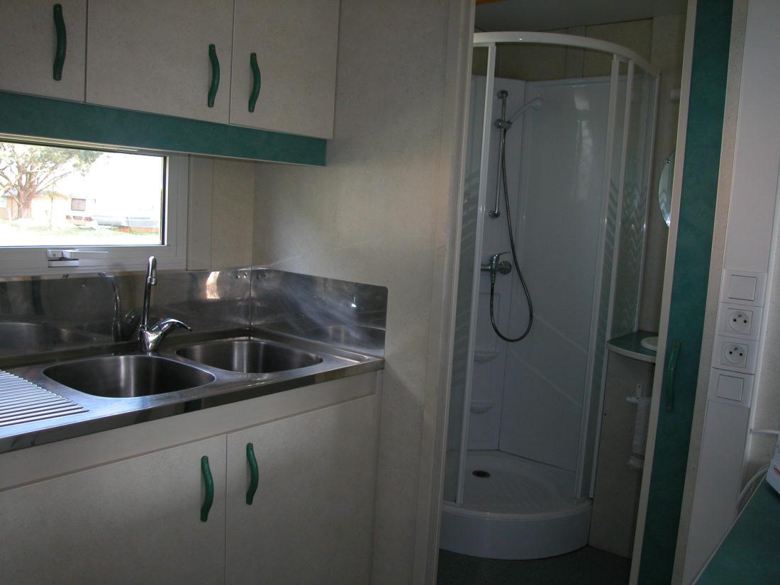 Cuisine et salle de bain d'un chalet